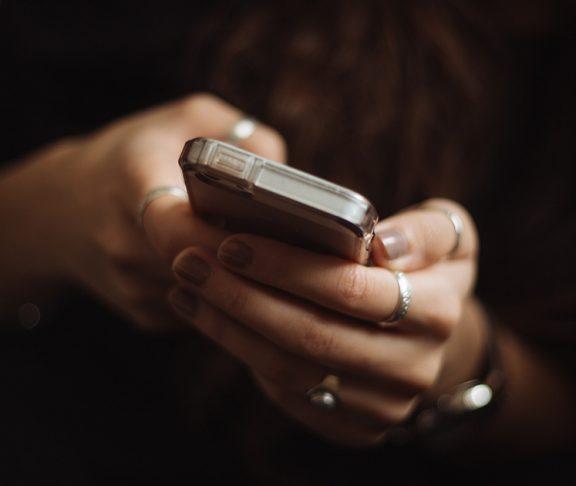 Jente med mobiltelefon