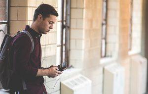 Ungdom med mobiltelefon