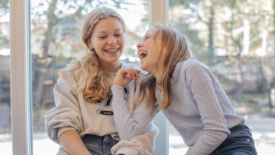 jenter som ler