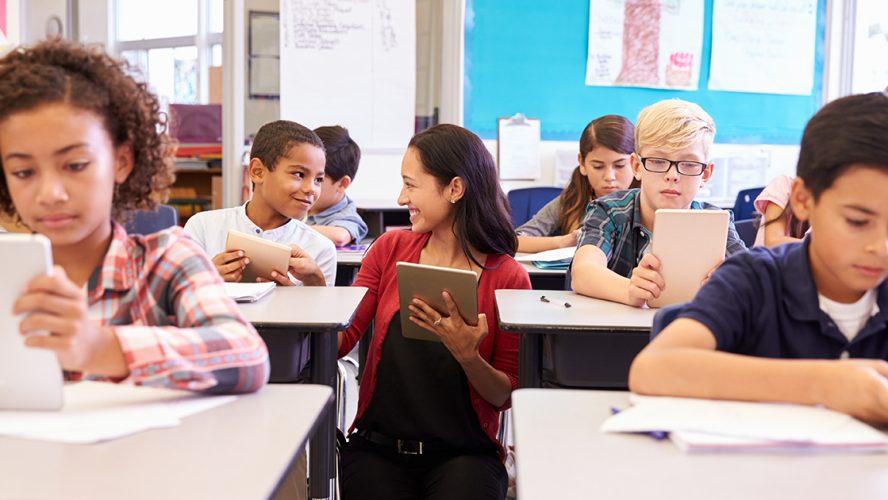 Lærer i skoleklasse