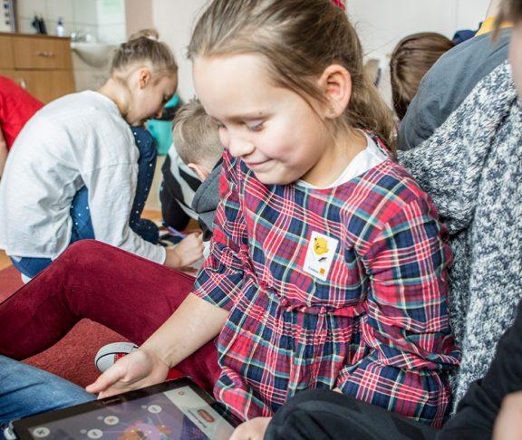 2-Fundacja-Orange-radzi,-jak-wprowadzać-dzieci-w-cyfrowy-świat