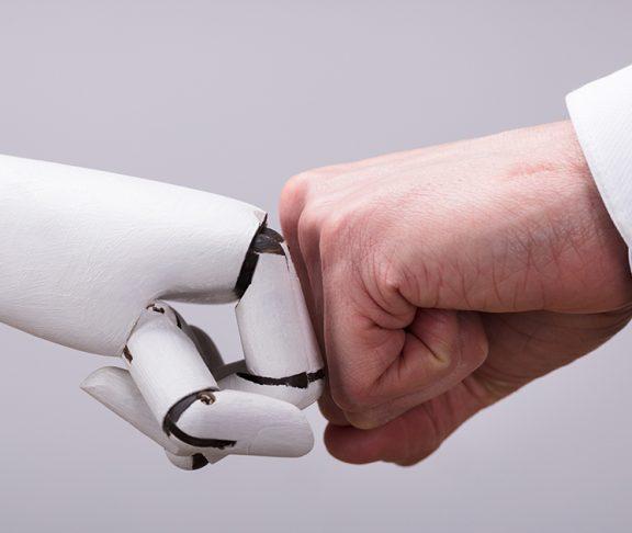 """Robothånd og menneskearm """"fist bumper"""""""