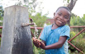 Bryan fra Madagaskar nyter rent vann