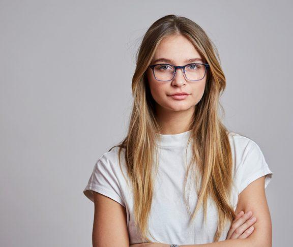Jente med briller