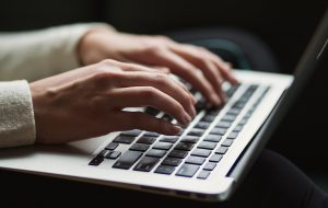 Dame på laptop
