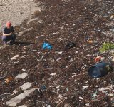 strand full av plast