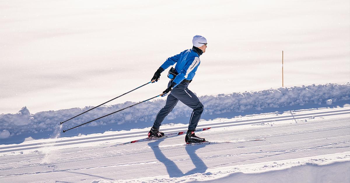 Mann som går på ski