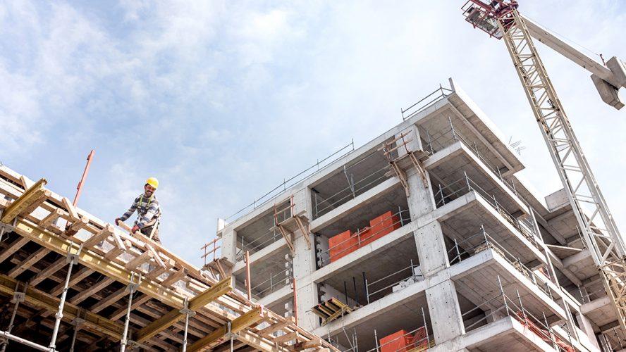 Bygningsarbeider på jobb
