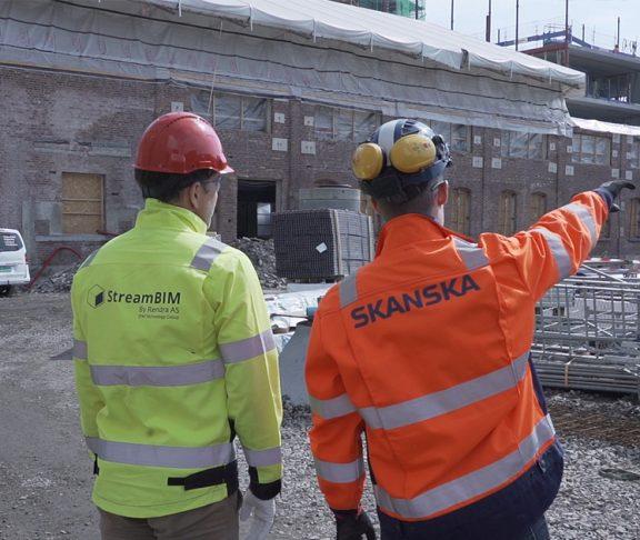 To bygningsarbeidere på byggeplass