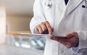 Doktor med iPad