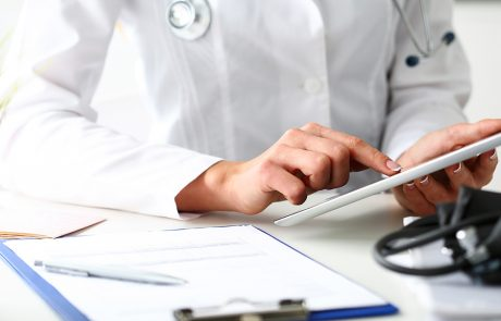 Doctor sitter på iPad