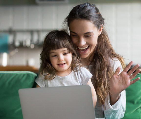Mor og datter foran data