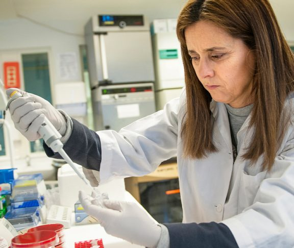 Fernanda Cristina Petersen på forskningslabben