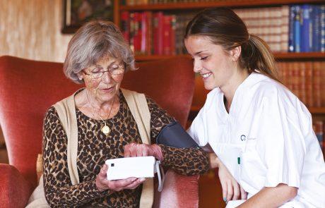 Eldre dame ser på helseteknologi
