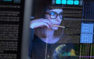 Dame koder på data