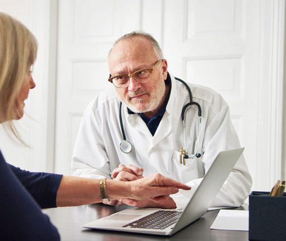 Doktor og pasient snakker