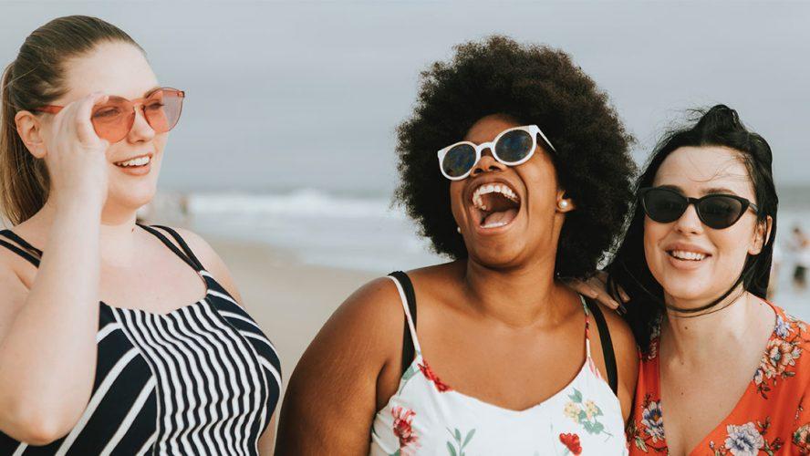 Overvektige kvinner på stranden