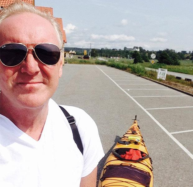 Lars Fredrik Olaussen med kajakken sin