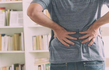 Mann med ryggplager