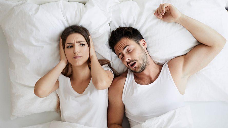 Par som ligger i sengen