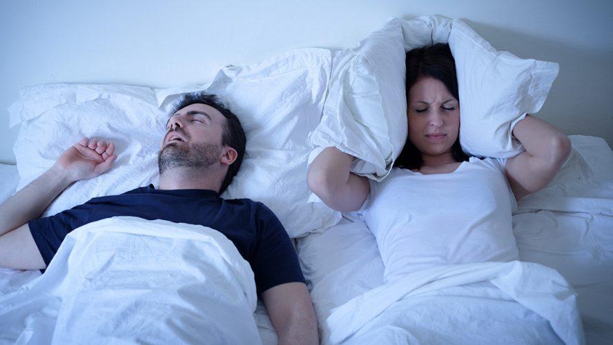 Mann snorker