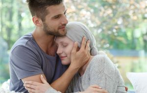kvinne med kreft som klemmer mann