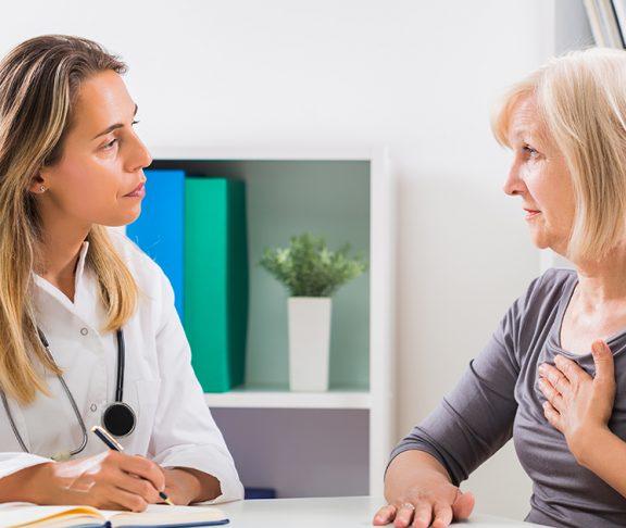 Lege i samtale med pasient