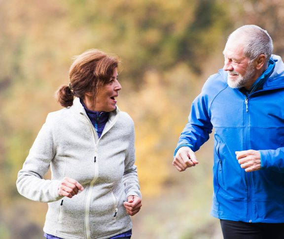 Eldre par på joggetur