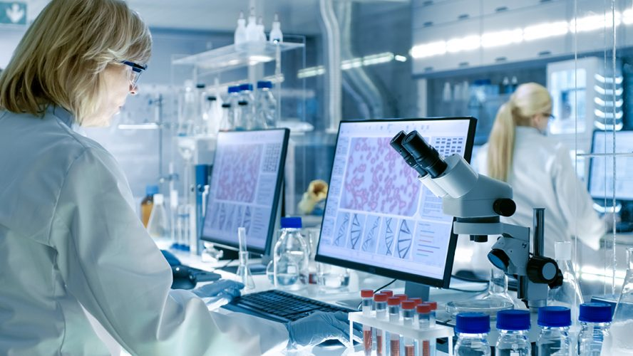 Dame på laboratorium