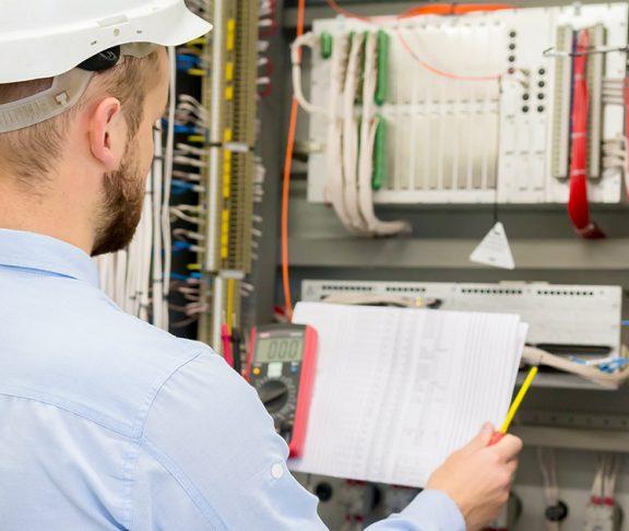Mann som sjekker el-anelgg