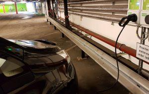 Elbil lader i garasjeanlegg