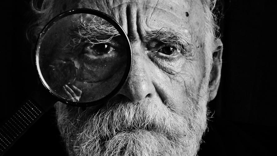 ældre mand med loop for øjet