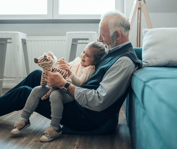 bedstefar og barnebarn leger