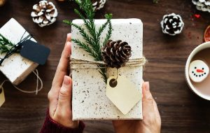 En julegave bliver pakket ind ved bordet