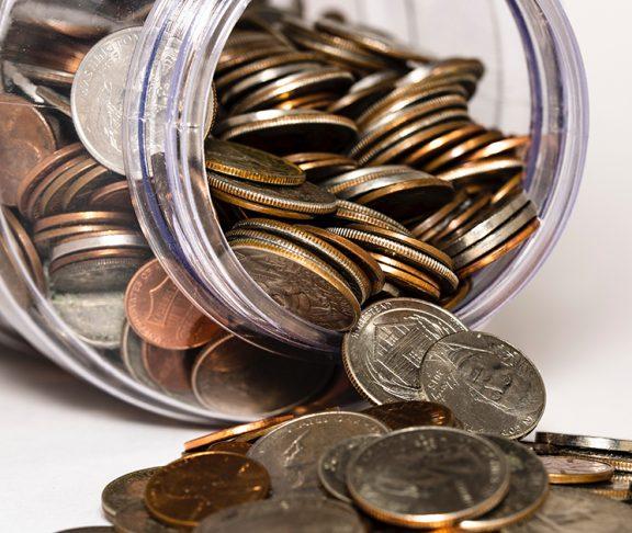 et glas fyldt med penge donationer til velgørende organisationer er værdifulde