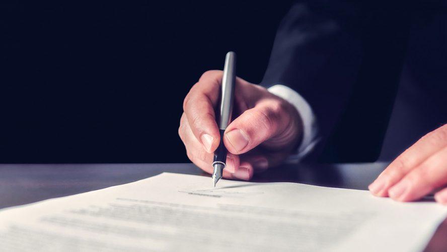 mand underskriver testamente til velgørenhed