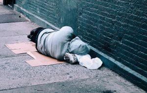 Hjemløs ung ligger sovende på gaden