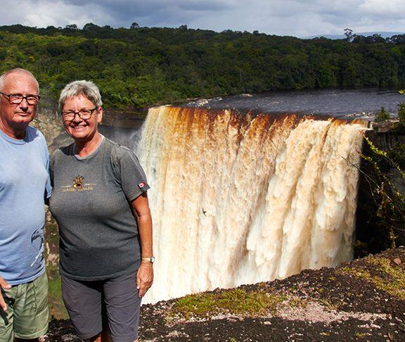 Erik og Marianne ved vandfald