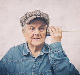 Ældre kvinde lytter til en dåse