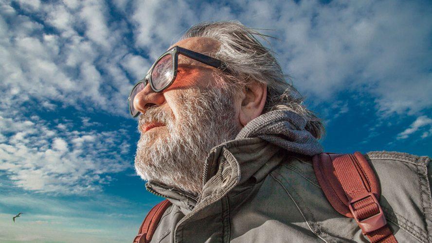 Ældre herre på rejse