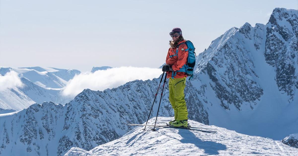 Mann på vinterkledd fjelltopp