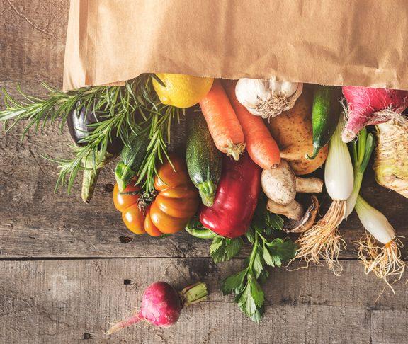 økologiske råvarer som bliver mere og mere almindeligt for danskerne at købe ind ligger i en pose