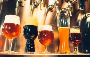 forskellige øl typer står sat op på en bar