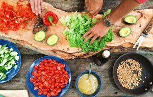 personer med holdning til mad laver mad i køkkenet