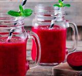 Rødbedejuice står fremme i glas