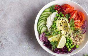 En skål med lækker salat står på et bord