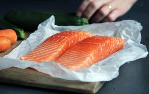 tips til at spise mere fisk i hverdagen. Der ligger to laks som eksempel