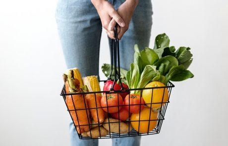 kvinde holder kurv med madvare der kan indgå i en vegetar diæt