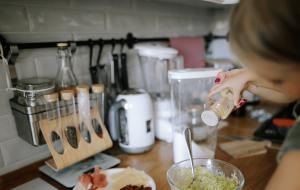 barn laver mad i køkkenet