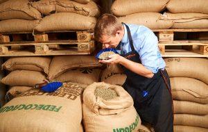 Henrik Frellsen dufter til kaffe på et kaffelager